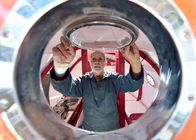 Jean-Jacques Savin à bord de son tonneau, au chantier naval d'Arès, en Gironde.