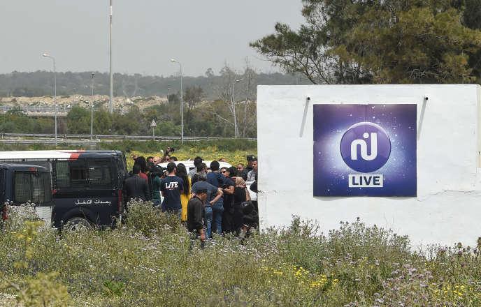 A Rades, dans la balieue de Tunis, le 25 avril, les forces de l'ordre saisissent le matériel de diffusion de la chaîne privée Nessma.