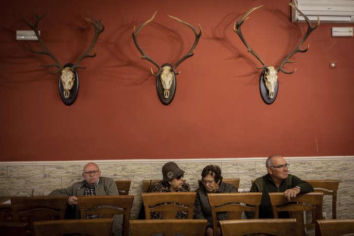 Des villageois assistent à une réunion avec le parti d'extrême droite Vox dans un bar de Brazatortos (Castille-La Manche), le 10 avril.
