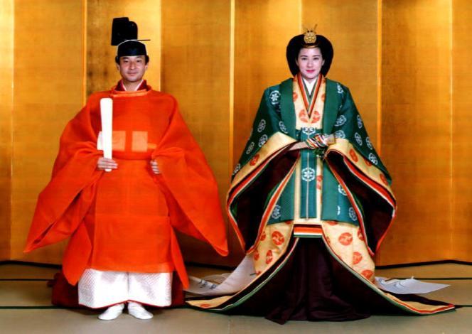 Le prince héritier Naruhito et à son épouse Masako Owada en costume de mariage impérial traditionnel au palais impérial de Tokyo, le 2 juin 1993.