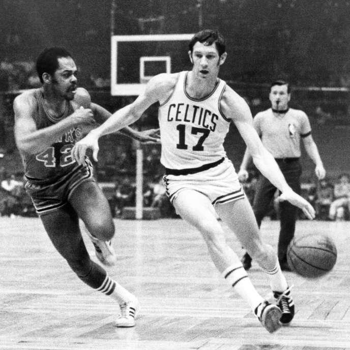 John Havlicek lors d'un match des Celtics contre les Atlanta Hawks de Walt Hazzard, le 8 janvier 1970 à Boston.