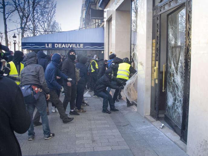 Lors de la manifestation des «gilets jaunes», le 16 mars à Paris.