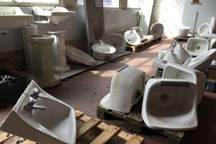 Récupérés dans des villas ou des immeubles de bureaux avant leur démolition, ces lavabos sont prêts au réemploi.