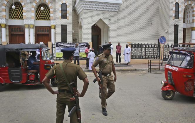Des policiers montent la garde devant une mosquée avant la grande prière du vendredi à Colombo, le 26 avril.