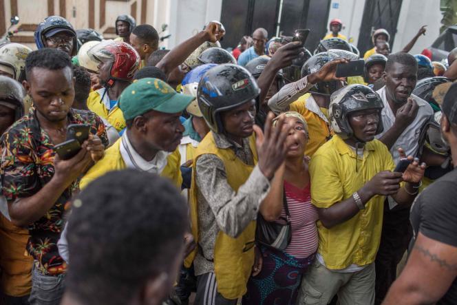 Rassemblement pour protester contre l'écartement des partis de l'opposition en amont des élections législatives, à Cotonou (Bénin), le 19 avril.