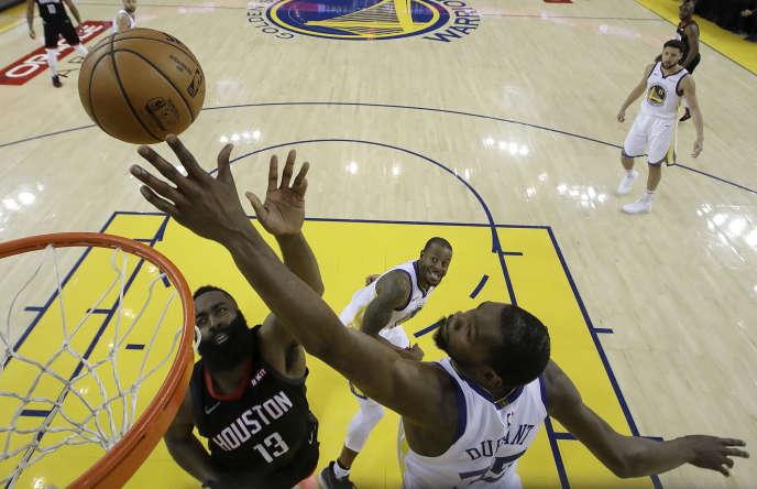 Kevin Durant bloque un tir de James Harden, dimanche 28 avril à Oakland.