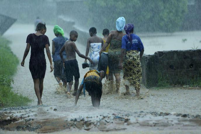 Des habitants du quartier de Natite, à Pemba, quittent leurs domiciles pour se protéger des innondations qui viennent, le 28 avril 2019, au Mozambique.