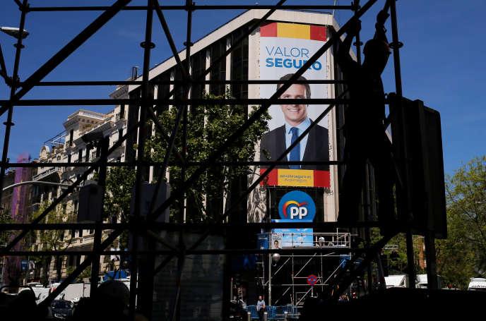 Une affiche de campagne du Parti populaire, à Madrid, le 28 avril.