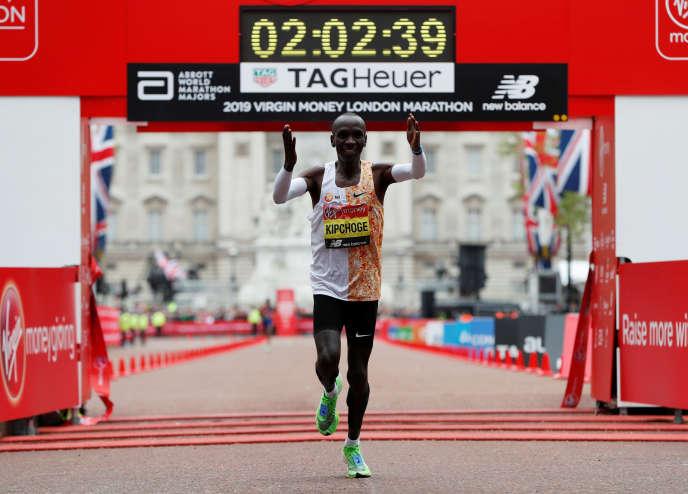Le Kényan Eliud Kipchoge à l'arrivée du marathon de Londres, dimanche 28 avril.