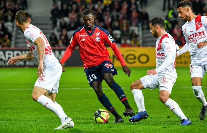 Nicolas Pépé (au centre), le 28 avril contre Nîmes, au stade Pierre-Mauroy de Villeneuve-d'Ascq.