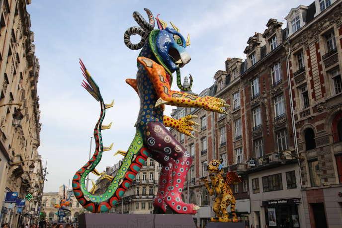 Des alebrijes sur la «Rambla», devant la gare Lille-Flandres, pendant la manifestation culturelle Lille3000, le 23 avril.