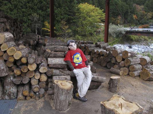Dans le village de Nagoro (préfecture de Tokushima, sud du Japon), l'artisteAyano Tsukimia confectionné 350 poupées grandeur nature afin de sensibiliser à la désertification des campagnes japonaises. Son oeuvre est devenue une attraction touristique.