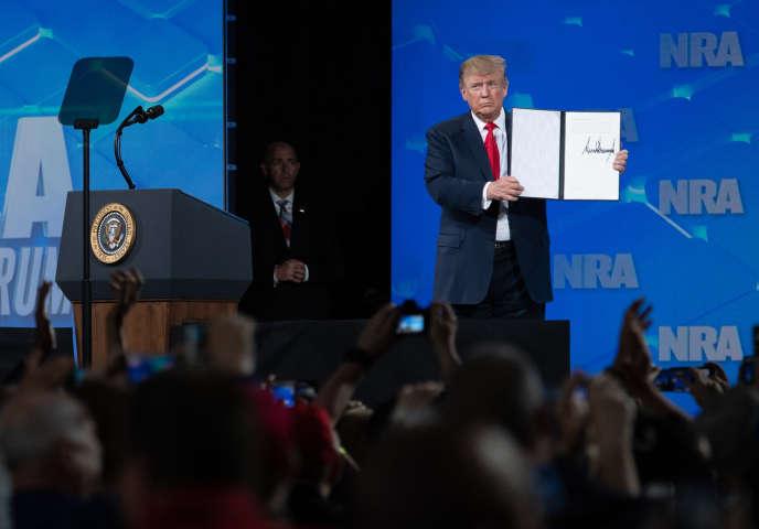Le président américain Donald Trump a annoncé, vendredi 26 avril à Indianapolis (Indiana), devant le congrès de la NRA, le retrait des Etats-Unis du traité sur le commerce des armes adopté par l'ONU en 2013.