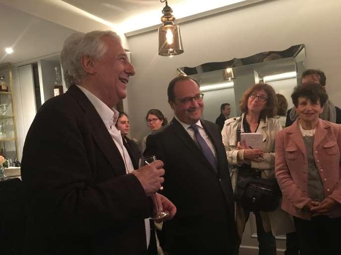 Michel Winock, coordinateur de l'ouvrage« Les figures de proue de la gauche depuis 1789» en compagnie de l'ancien président de la République François Hollande, à Paris, le 17 avril.