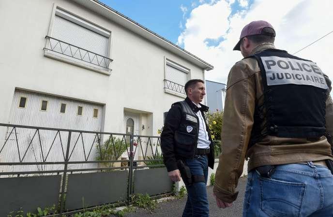 La police judiciaire lors de la reconstitution dans la maison des Troadec, à Orvault (Loire-Atlantique), le 29 avril.