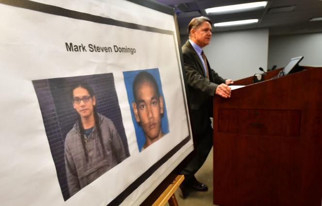 Thom Mrozek, porte-parole du ministère américain de la justice, s'adresse aux médias à Los Angeles le lundi 29 avril aux cotés du portrait de Mark Steven Domingo suspecté d'avoir préparé un attentat.