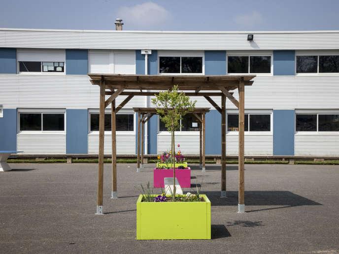 Dans la cour du collège, des élements séparateurs sont utilisés pour différencier l'espace des primaires et celui des collégiens.