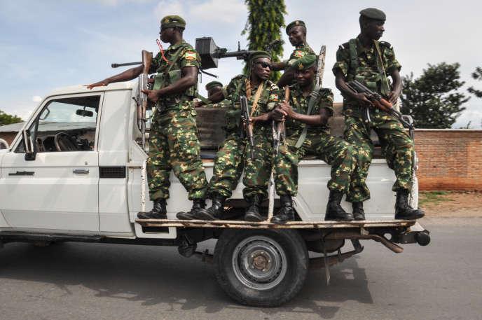 Des militaires patrouillent près d'un bureau de vote lors du référendum du 17mai 2018, à Bujumbura, au Burundi.