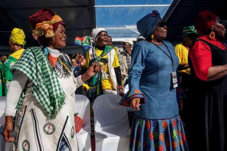 Les spectateurs, vêtus d'habits traditionnels, assistent au défilé de commémoration, au stade Miki Yili à Makhanda (Afrique du Sud), le 27 avril.