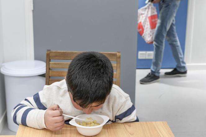 Un enfant rom dans un centre d'accueil du 2e arrondissement de Paris, le 12 avril.