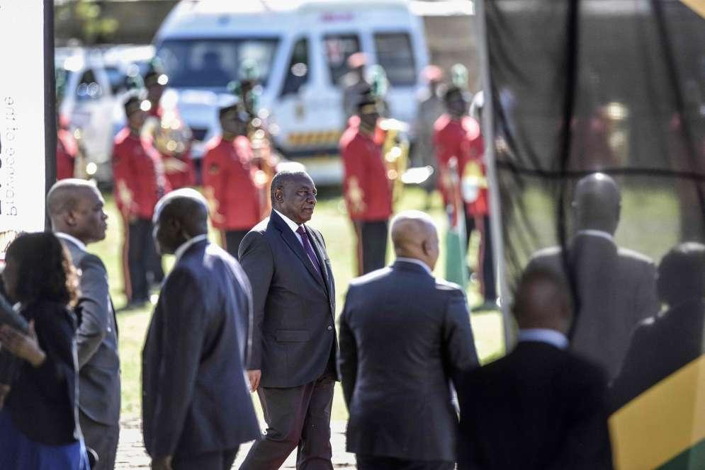 « Nous nous rappelons de ce moment où nous avons fait une croix sur le bulletin de vote pour la première fois de notre vie », a témoigné le président sud-africain Cyril Ramaphosa, rendant hommage à Nelson Mandela, héros de la lutte anti-apartheid.