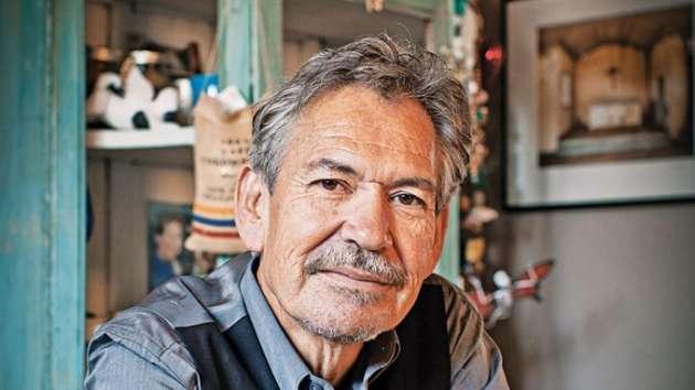 Benjamin Alire Saenz, 64ans, est le premier Américain d'origine mexicaine à avoir reçu le prix littéraire PEN/Faulkner.