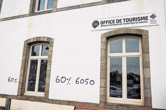 A Sarzeau (Morbihan), des tags dénoncent la part de résidences secondaires que compte la commune, sur un total de 6050 logements.