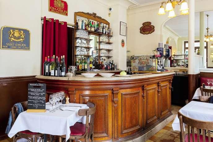 Le décor rustique et douillet du restaurant Chez Fred, dans le 17e arrondissement de Paris.