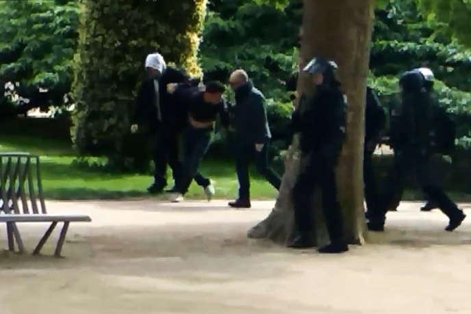 Vidéo récupérée par «Mediapart» où apparaissent Alexandre Benalla (avec la capuche) et Vincent Crase au Jardin des plantes, le 1er mai 2018.