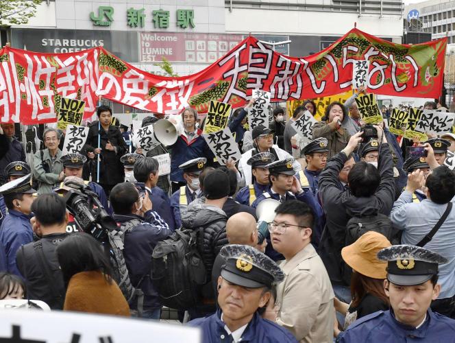 Des manifestants opposés à l'institution impériale, le 30 avril à Tokyo.