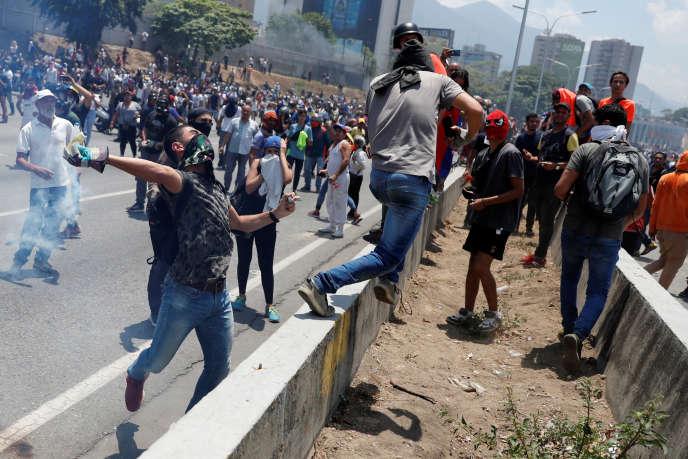 Des manifestants de l'opposition affrontent des forces de sécurité près de la base aérienne «La Carlota», le 30 avril.
