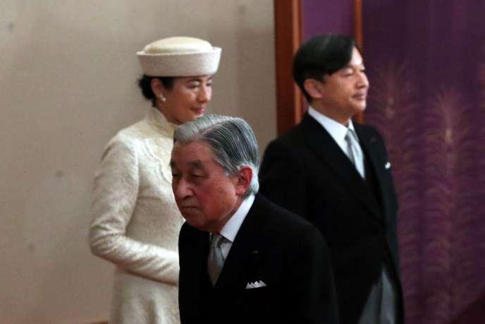 Au premier plan, l'empereur Akihito. Derrière lui, à gauche : la princesse Masako et à droite le prince Naruhito, le 30 avril 2019.