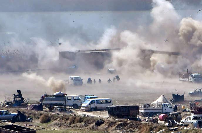 Des personnes fuient Baghouz, le dernier carré de l'EI attaqué par les Forces démocratiques syriennes, dans le nord-est de la Syrie, le 18 mars.