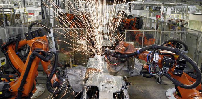 Des bras robotisés dans l'usine automobile Skoda de Mlada Boleslav (République tchèque), en mars 2010.