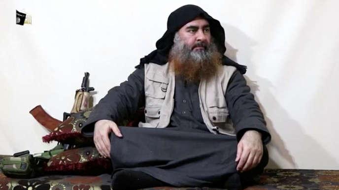 Un homme ressemblant à Abou Bakr Al-Baghdadi apparaît dans une vidéo diffusée le 29 avril par l'organe de propagande de l'EI, Al-Fourqan.