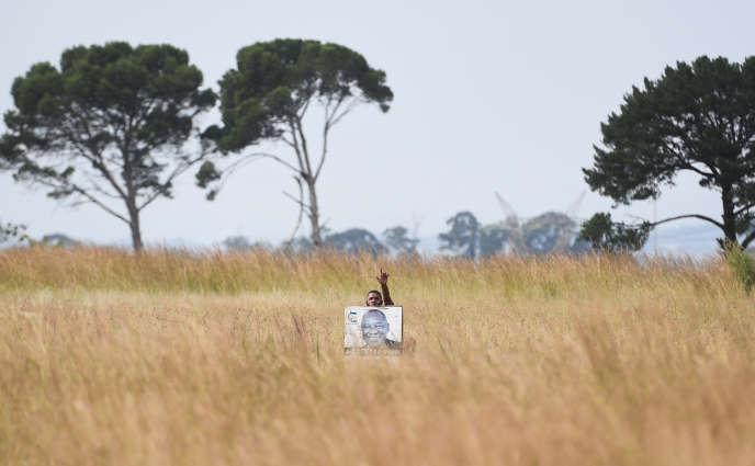 Un homme porte un portrait du président Cyril Ramaphosa près de Vereeniging, en Afrique du Sud, le 12avril 2019.