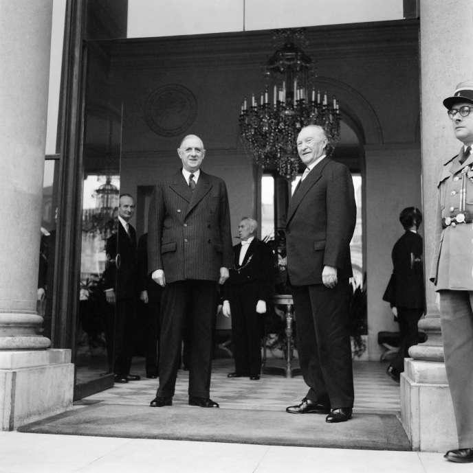 Le général De Gaulle (à gauche) reçoit le chancelier allemand Konrad Adenauer à l'Elysée, le 1er décembre 1959.
