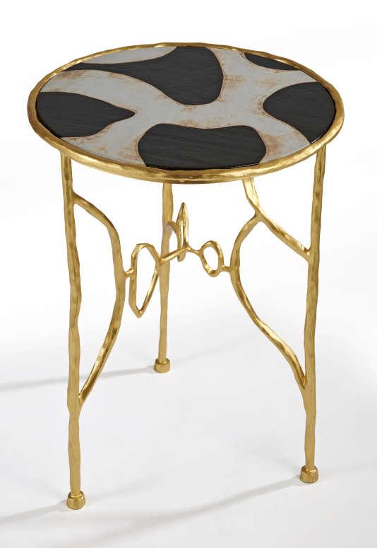 Guéridon Auguste au piétement en fer battu doré et plateau en céramique.