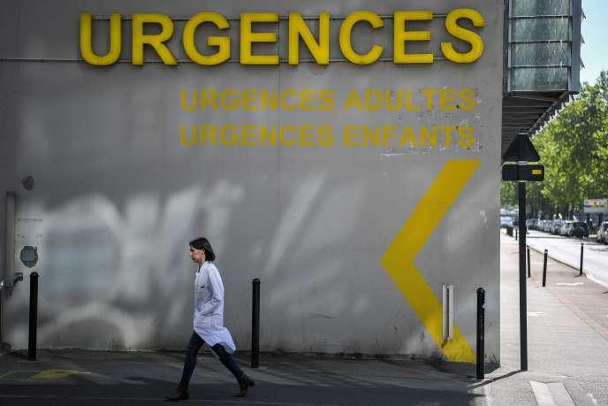 Un médecin devant l'entrée du service d'urgence du CHU de Nantes, le 30 avril.