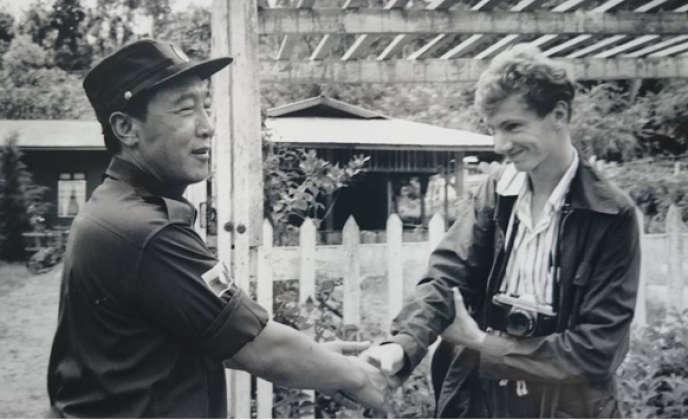 Avec Khun Sa (1934-2007), seigneur de la guerre birman, àHomein, en Birmanie, en 1990.