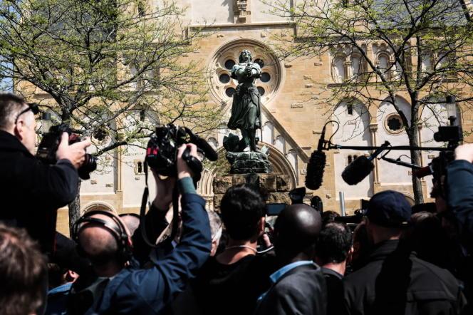 Marine Le Pen a répondu aux questions des journalistes devant la statue de Jeanne D'Arc, à Montigny les Metz (Moselle), le 1er mai.