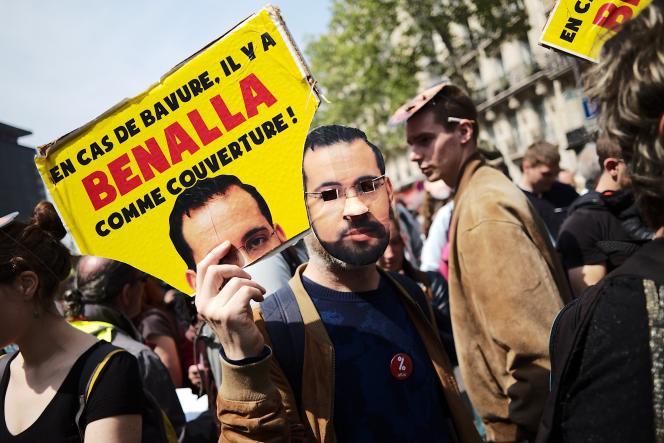 Des manifestants portent des masques du visage de Benalla lors de la manifestation du 1er-Mai à Paris.