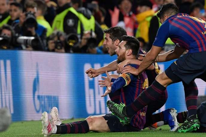 L'attaquant argentin Lionel Messi célèbre avec ses coéquipiers le troisième but du FC Barcelone contre Liverpool en demi-finale aller de Ligue des champions, au Camp Nou, le 1er mai.