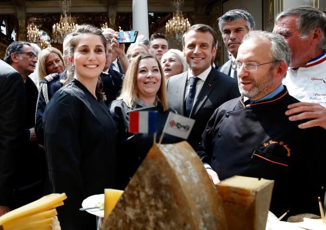 Emmanuel Macron pose avec des professionnels des métiers de bouche, invités à l'Elysée pourla cérémonie du 1er mai.