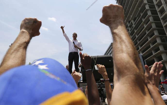 Juan Guaido s'exprime face à ses soutiens, à Caracas, le 1er mai.