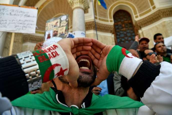 Un manifestant algérien participe à un rassemblement à Alger, le 1er mai.