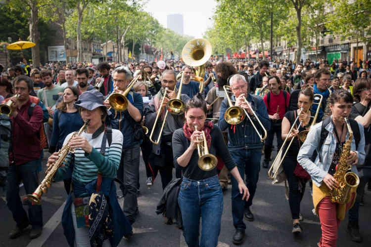 Le cortège remonte ensuite le boulevard de Port-Royal, au rythme de la fanfare.