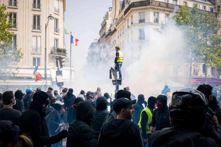 Pour le défilé du 1er-Mai, des militants syndicalistes mais aussi beaucoup de « gilets jaunes » s'étaient donné rendez-vous à Paris.