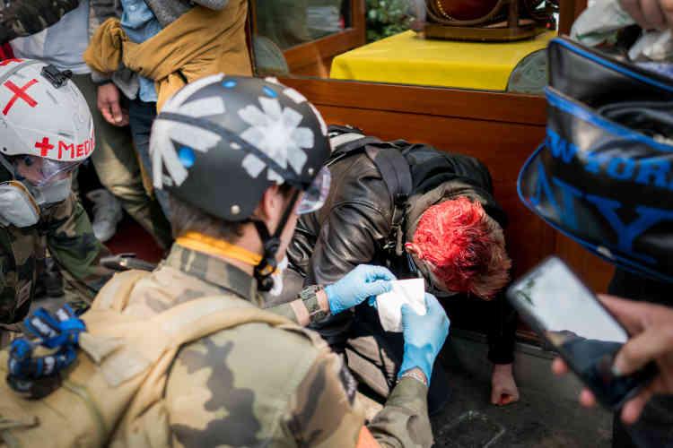 Une quarantaine de manifestants ont été blessés, comme cet homme frappé à la tête lors d'une charge des CRS, et pris en charge par des «street medics».