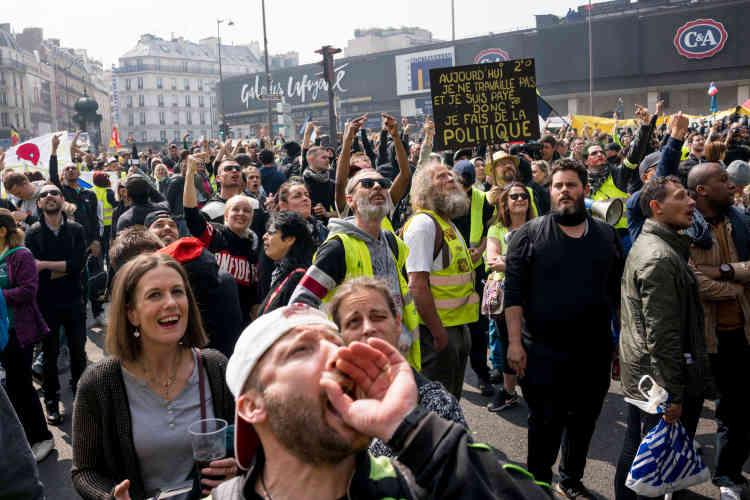 Au départ de Montparnasse pour la place d'Italie, la foule hurle aux équipes de l'AFP, perchées sur un balcon de l'hôtel Edouard VI, «BFM enculé».
